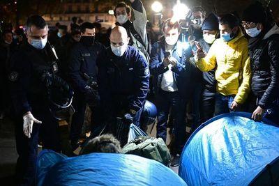 Indignación en Francia por desalojo violento de migrantes