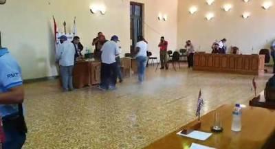 """Desde explosión de un """"cebollón"""" hasta agresión a funcionario en caldeada sesión de la Junta de Concepción"""