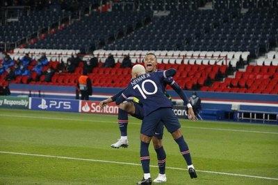 Neymar mantiene en la pelea al PSG