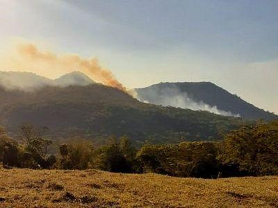 Incendio de grandes proporciones afecta a Cerro León en Guairá