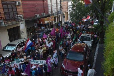 Piqueteros marchan en las calles del microcentro de Asunción