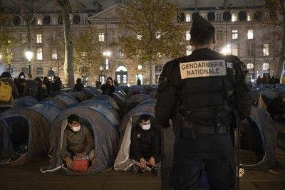 La policía francesa desalojó a la fuerza un campamento de migrantes en París