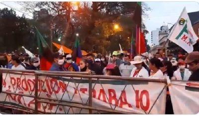 Campesinos se manifiestan y presionan por 25 palos verdes