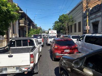 Caos vehicular por movilización de campesinos en Asunción