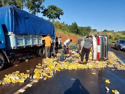 Crónica / (VIDEO) Comisario ojepilla con cerveza de contrabando
