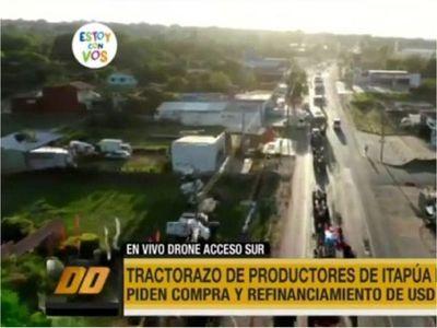 Productores en protesta llegan con tractores y camiones a Asunción