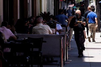 Los Ángeles prohibió a los restaurantes tener servicio de comedor tras el aumento de contagios de COVID
