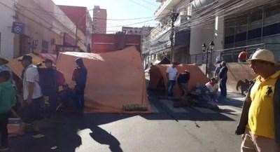 Piqueteros ubicados en el centro de Asunción solicitan USD 30 millones entre transferencias directas e insumos para levantar cortes de calles