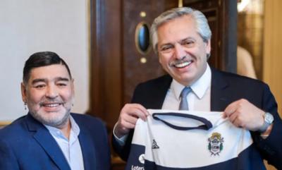 """HOY / Argentina """"eternamente en deuda"""" con Maradona, dice el presidente Fernández"""