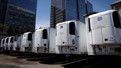 Cientos de muertos por COVID-19 permanecen almacenados en camiones en Nueva York