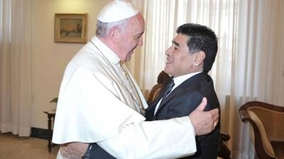 """HOY / El papa Francisco recuerda """"con afecto"""" y oración a Maradona"""