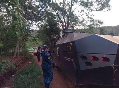 Militares y policías se suman para combatir el fuego en Guairá