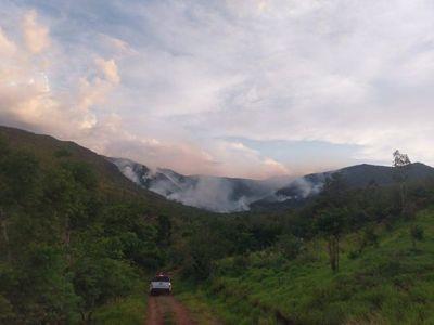 Incendio afecta ya a cuatro cerros emblemáticos del Ybytyruzú