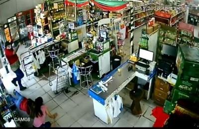 """(Video). Asaltantes pusieron """"cuerpo a tierra"""" a clientes de un comercio y se llevaron todo"""