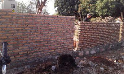 Vecino amuralló una calle en San Lorenzo y en la Muni se hacen los ñembotavy