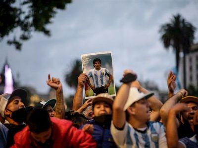 Argentina despide a Maradona en un velorio con los máximos honores