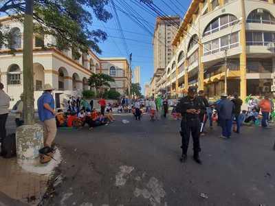 Campesinos rechazan recorte de Diputados a plan de agricultura familiar y seguirán manifestándose en Asunción