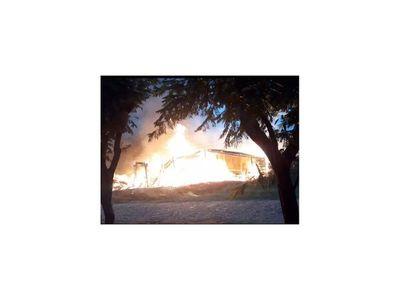 Incendio consume vivienda y carpintería en Misiones
