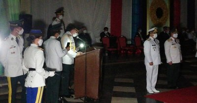 La Nación / A oscuras, presidente participó del egreso de la Academia Militar
