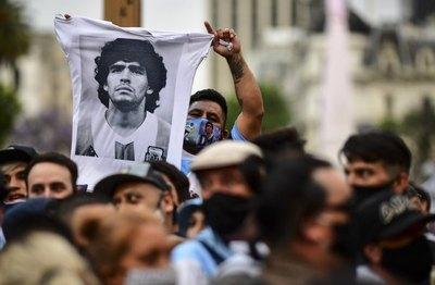 La pasión futbolera desbordó en la despedida a Maradona