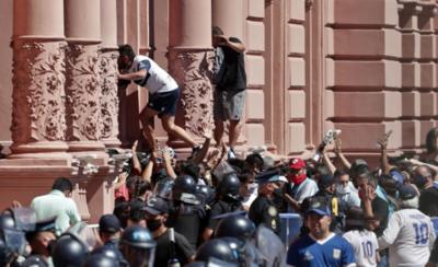 HOY / Se desborda velatorio de Maradona y Policía reprime con disparos
