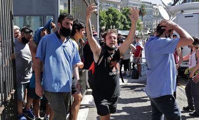 Incidentes tras el cierre de las filas para el velatorio de Maradona
