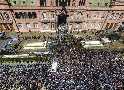 Incidentes en Casa Rosada obligan a retirar féretro de Maradona