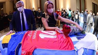 En medio de incidentes, el presidente argentino y personalidades varias despidieron al 10