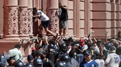 Disturbios durante el velorio de Maradona en la Casa Rosada