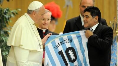 """El papa Francisco recordó """"con cariño"""" a Maradona y le hizo llegar un obsequio a su familia"""