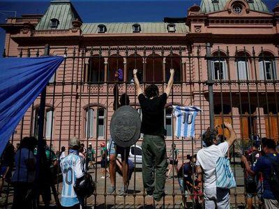 Caos y locura marcan cortejo fúnebre de Maradona