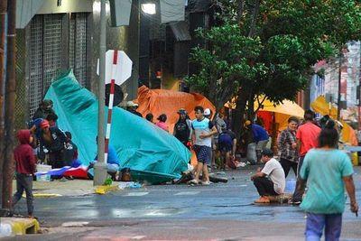Labriegos apostados en el microcentro de Asunción causan destrozos en comercios y edificios