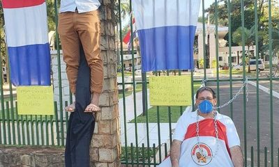 SE CRUCIFICAN PARA EXIGIR KITS DE ALIMENTOS  EN LA GOBERNACIÓN DE ALTO PARANÁ