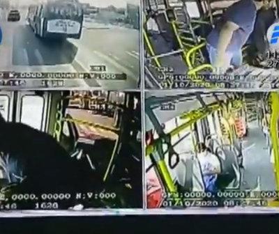 Agreden a chofer mientras manejaba un bus