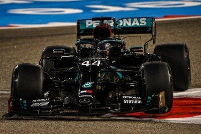 Hamilton no levanta el pie del acelerador en Baréin