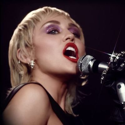 """Miley Cyrus, como una locomotora con su """"rock nostalgia"""""""