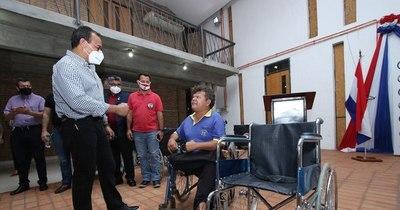 La Nación / Gobernación de Central entregó sillas de ruedas