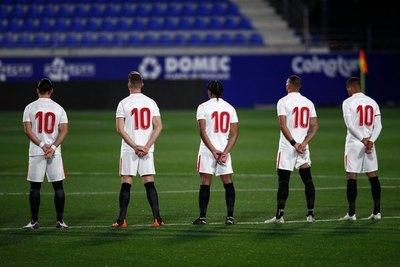 Tango y jugadores con el '10' en homenaje del Sevilla a Maradona
