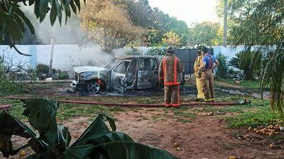 Intenso calor hace explotar botella de alcohol y destruye camioneta
