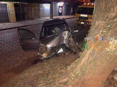 Joven pierde la vida tras chocar por un árbol