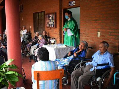 Emotivo festejo de cumpleaños de 23 abuelitos en Villarrica