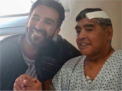 Imputan y allanan vivienda del médico de Diego Maradona