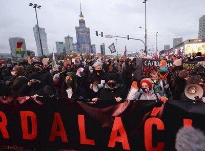 Policías en Polonia bloquean marcha a favor del aborto