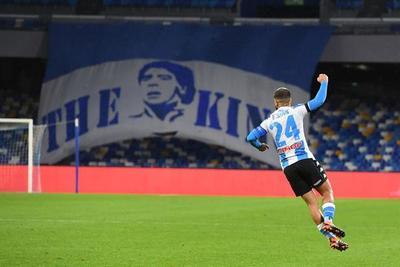 Napoli homenajea a Maradona con goleada sobre Roma