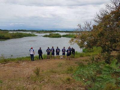 Continúan los trabajos para el rescate de la cuarta persona arrastrada por el río Paraná en Ayolas
