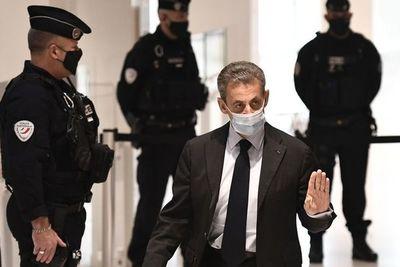 """Sarkozy llama """"infamias"""" a las acusaciones en su juicio por corrupción en Francia"""