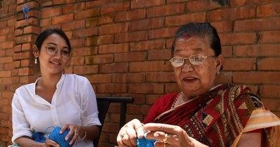 La Nación / Calcetines muy especiales que cuentan la vida en Nepal