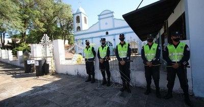 La Nación / Cumplimiento de disposiciones en Caacupé, a cargo de la Policía Nacional