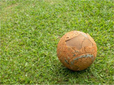 Baleó a su vecina porque cayó una pelota en el patio de su casa