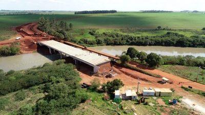 Obras del puente sobre el río Monday con 90% de avance